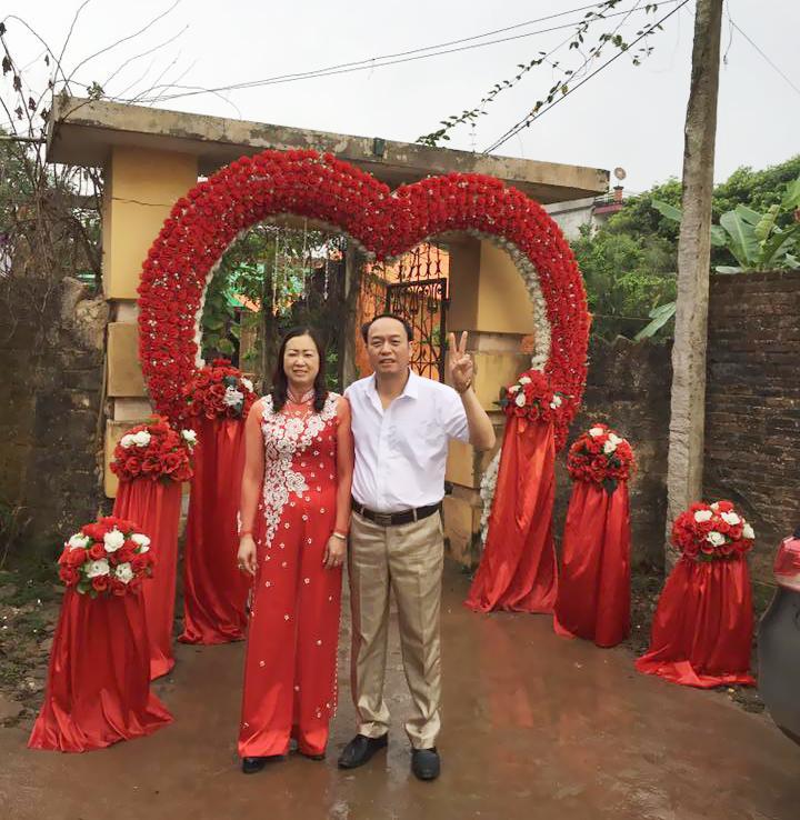 Bác Thể - 48 tuổi (Bắc Giang) vui vẻ chụp ảnh cùng vợ trong đám cưới cháu gái.
